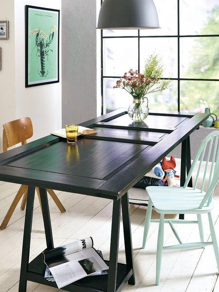 Una puerta reciclada convertida en mesa de comedor o de trabajo