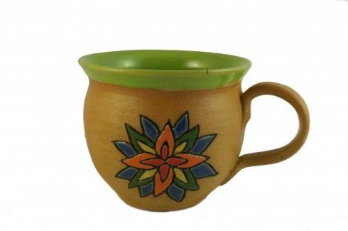 Hrnek s ornamentem - keramika Buclatý hrneček vytočený na hrnčířském kruhu, uvnitř barvený hráškově zelenou glazurou. Zdobený je ručně vyrývaným barevným ornamentem. Výška 8,5 cm, objem cca 300 ml. Všechny použité materiály mají hygienický atest.