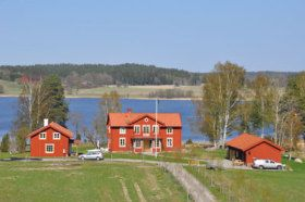 Holiday home directly at the lake Nyckelsjön  This guest house which has been renovated in 2010 is located at an estate in Sörmland at a property of 10 hectares and with 500 meters beach at the waterfront of the lake Nyckelsjön. To the water property also belong fishing rights, so that you can go fishing here by boat for pikeperch, pike and perch. The house consists of a ground floor with hall, bathroom with toilet, shower and washing machine as well as a kitchen and living room with TV. ...