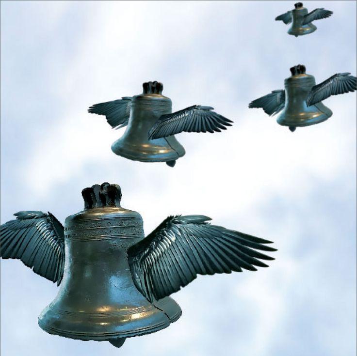 """La liturgia ha sembrado nuestra lengua de refranes relacionados con sus símbolos: cruces, velas, y en el caso que nos ocupa, campanas. """"Echar las campanas al vuelo"""" alude a un tiempo en el que las campanas constituían el medio de comunicación más efectivo de la sociedad tradicional, y solían tañir para anunciar hechos relevantes. El dicho en portugués: bater palmas."""