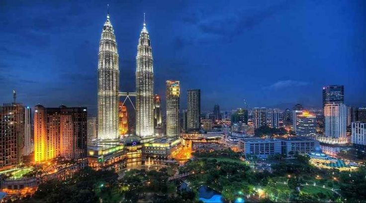 Top Malaysia Sightseeing Attractions - Petronas Twin Tower Kuala Lumpur, Presently the world's tallest twin building, the 88-story structures.