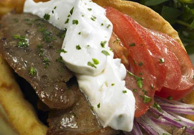 Άκης Πετρετζίκης – Σουβλάκι με γύρο χοιρινό και τζατζίκι (συνταγή)