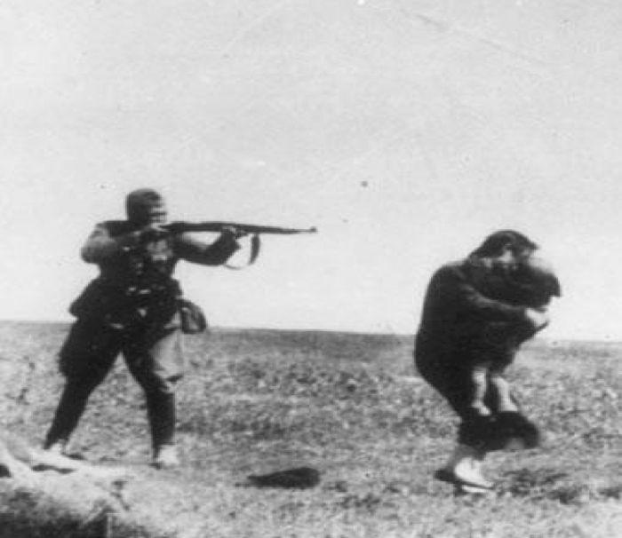 Esecuzione di contadina ebrea con il figlio da parte di un militare delle Einsatzgruppen