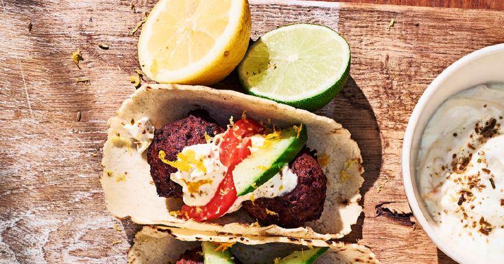 Verwen vegetarische gasten met deze tortilla met falafel van zwarte bonen. De citrusroom zorgt voor een frisse twist! Maak hem af met je eigen toppings!