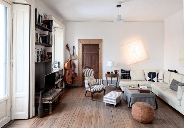 Nel LIVING convivono elementi di design, mobili  di famiglia  e pezzi etnici.  La POLTRONA fine '800, appartenuta al nonno, è stata rivisitata con  un tessuto a righe. DIVANO ad angolo in pelle avorio
