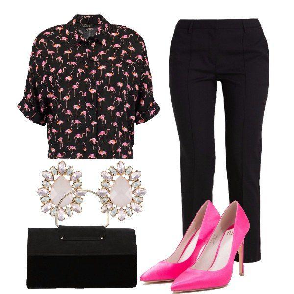 Una combinazione per una serata informale ma comunque stilosa. Camicetta nera stampata con fenicotteri, pantalone nero gamba dritta, pochette nera, orecchini luminosi e décolleté hot pink.