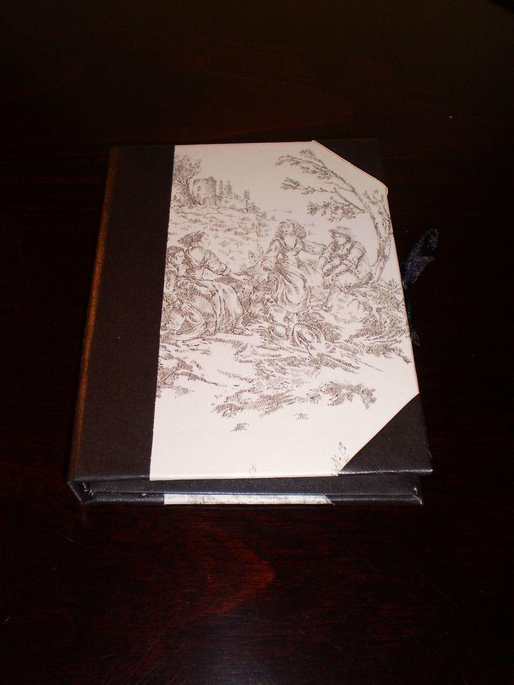 FOURNITURES : 2 cartons de 2.5 mm de 16x11.5 cm 1 carton de 16x1.2 cm 2 cartonnettes de 15.7x11.2 cm 1 cartonnette de 11.2x1.8 cm 1 cartonnette de 11.2x13.5 cm 1 cartonnette de 9x11.2 c 1 feuille de skirvertex ou plastifié 1 feuille de papier fantaisie...