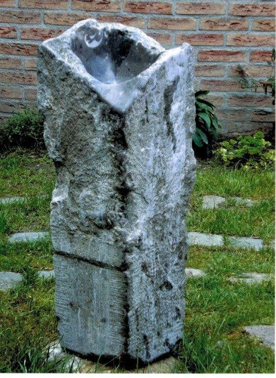 Al vele jaren werkt Cees in steen en hout. In deze harde materialen tracht hij zijn gevoelsleven uiting te geven: http://www.art-en-france.nl/ceesdejongh.html