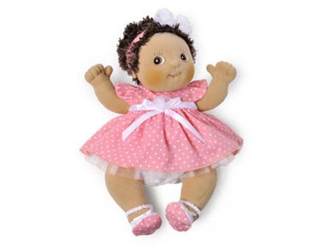 Schattige roze kledingset Pretty bestaande uit een roze jurk met witte stippen.   Aan de achterkant van de jurk zit over de gehele lengte klitteband. Het schattige jurkje is dus makkelijk aan en uit te trekken bij jouw favoriete Baby pop!  Lief stofje met mooi tule!    Bijpassende schoenen met elastiek om de enkels waardoor ze goed blijven zitten en niet uit kunnen vallen. Elastische haarband met strik. Deze outfit is alleen geschikt voor de Rubens Barn Baby poppen. De kleding is met de hand…