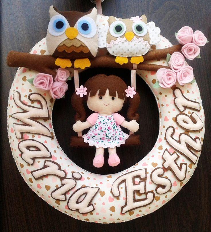 Guirlanda de feltro para porta de maternidade e decoração do quarto do bebê. Tags: feltro, felt, guirlanda, porta, maternidade, bebê, boneca, menina, corujas, bege,marrom, rosa, artesanato, DIY, handmade.