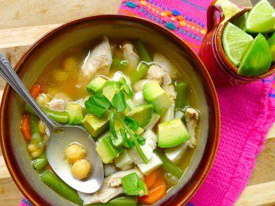 Receta de Caldo Tlalpeño | El caldo tlalpeño es un platillo típico mexicano que consiste en un consomé de pollo con verduritas, pollo deshebrado, aguacate, garbanzos y chile. Prepara esta deliciosa receta mexicana y consiente a toda tu familia.