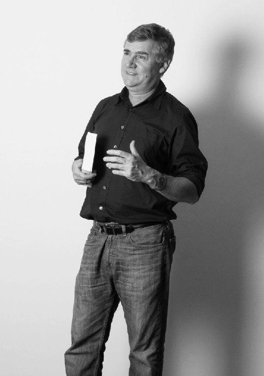 """Jorge I. Restrepo:  profesional con amplia experiencia en gestión de ciencia e innovación, asesoría empresarial y desarrollo del talento humano, es artista con una carrera internacional consolidada. Creo que...""""un líder empresarial de hoy debe conocer los procesos de gestión humana, hablar el lenguaje de competencias y tener fundamentos de neuropsicología, con la misma profundidad que domina los campos duros como finanzas, mercadeo y producción..."""""""