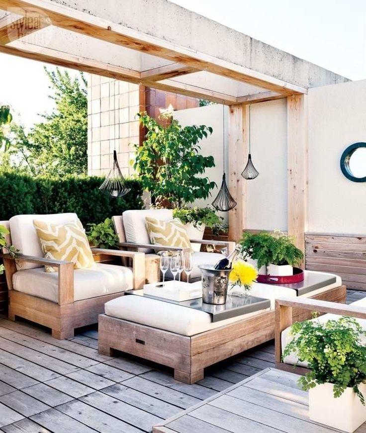 Pergola und Fußboden aus Holz und Gartenmöbel mit Polstern