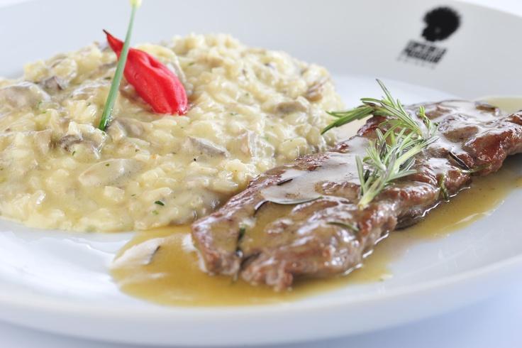 LOMBO D'AGNELLO AL ROSMARINO E FUNGHI – Lombo de cordeiro grelhado ao molho de alecrim e vinho branco acompanhado de risotto de cogumelo fresco.