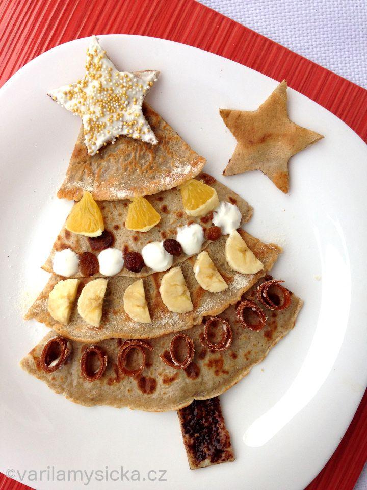 Co takhle udělat dětem vánoční palačinky? Napůl ze špaldové mouky samozřejmě :-) Malý pomocník si navíc stromek může nazdobit, jak chce :-)