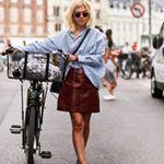 Estilosa y en bici para sacar sobresaliente en streetstyle . . . . #trendencias #streetstyle #moda #fashion #ootd #wiw #wiwt #style #lookoftheday #shirt #skirt #trends #tendencias