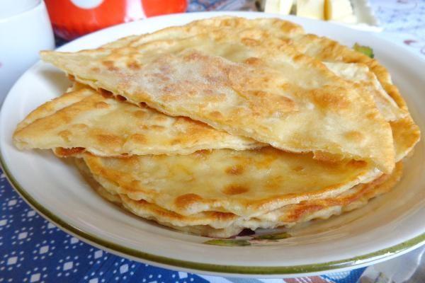 Домашние лепешки с сыром, чесноком и зеленью на сковороде