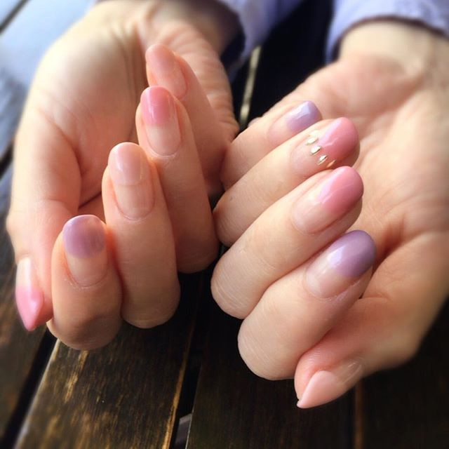 ちなみに先月のMyネイル 桜の時期だったので、ピンクの濃淡2色とラベンダー色。 リーフ型のスタッズを薬指に^ ^  #ネイル #ジェルネイル #ネイルデザイン #バルーンフレンチ #スタッズ #セルフネイル #右手を塗るのはムズカシイ