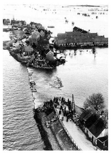 In de nacht van 31 januari op 1 februari 1953 is het springtij, extreem hoog water. Bovendien steekt er een zware noordwesterstorm op. Het water wordt zo hoog opgestuwd dat het over de dijken spoelt. Grote gebieden in Zeeland, Noord-Brabant en Zuid-Holland overstromen. Meer dan 1800 mensen en duizenden dieren verdrinken. De materiële schade loopt in de miljarden. Nederland is zwaar aangeslagen. Deskundigen weten dat het nog veel erger had kunnen zijn. Meteen na de ramp worden dan ook de…