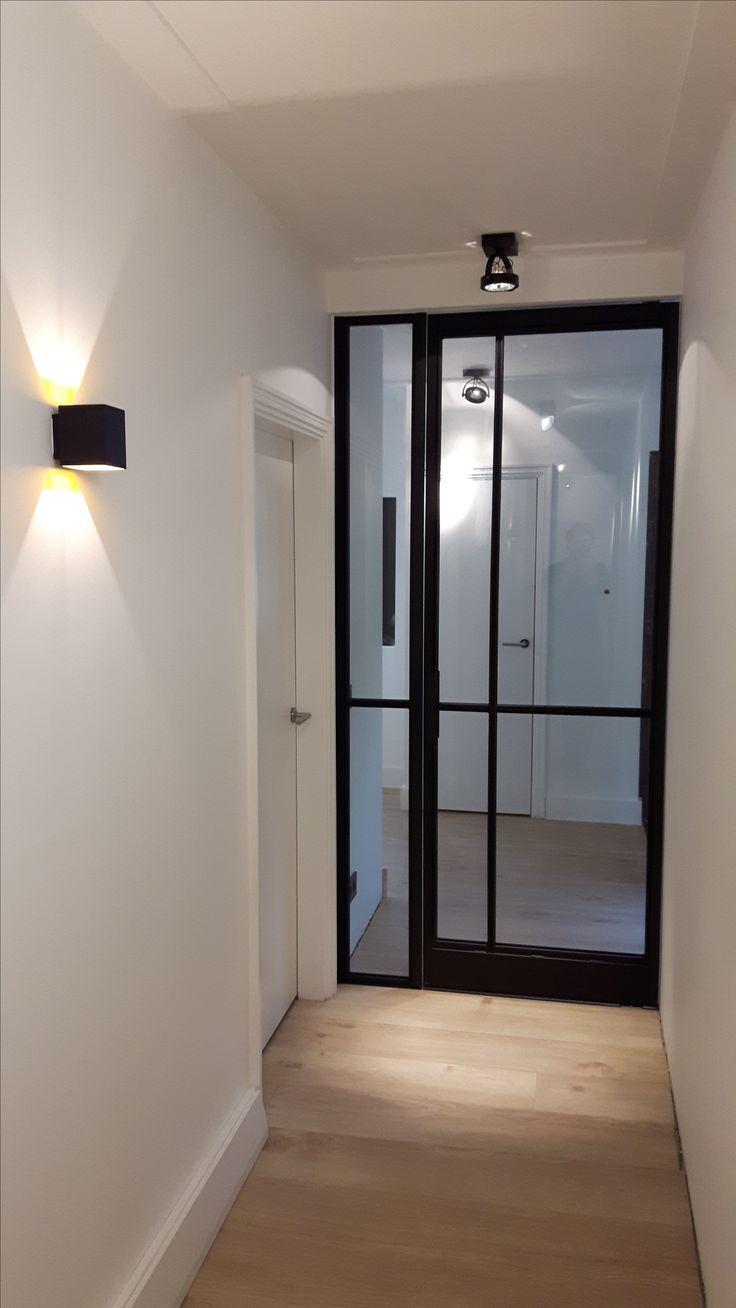 Stalen taatsdeur met paneel en een ongelijke vakverdeling. Geproduceerd en geplaatst door Mijn Stalen Deur.
