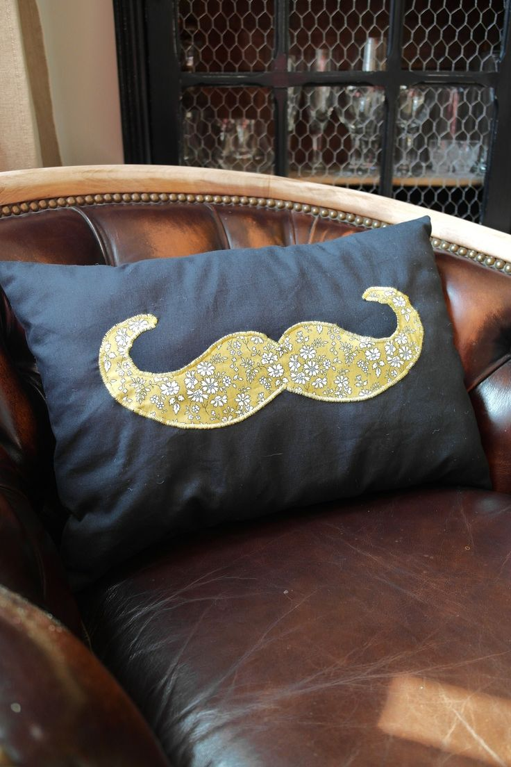 chouette coussin mister moustache so chic textiles et tapis par 3 pommes dans un panier. Black Bedroom Furniture Sets. Home Design Ideas