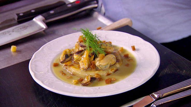 Blåskjell som en forrett servert på blinis sammen med fennikel, sjalottløk og krutonger.