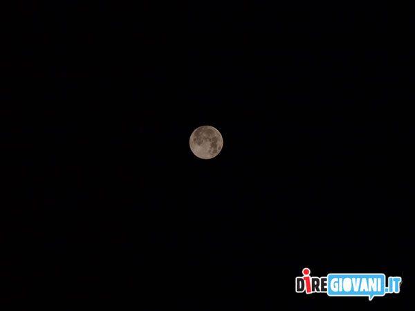 """Titolo: Una Luna più grande del solito! Descrizione: Questo é un piccolo zoom su questo """"piccolo"""" evento che riprendo per la terza volta negli ultimi 3 mesi! Foto scattate con una reflex un po' vecchia ma ancora buona: Olympus E-520 con obiettivo Zuiko Digital 40-150 mm! Nome dell'Autore: Giovanni Gurino"""