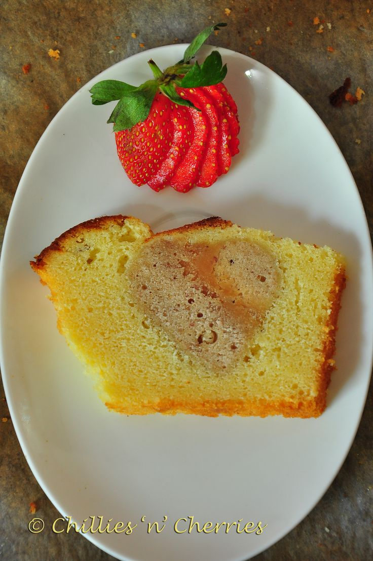 #hiddenheartcake #vanillapoundcake #freshstrawberrycake #foodphoto #chillesncherries