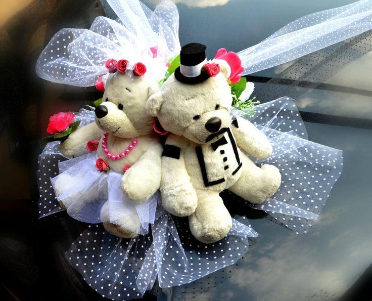 Svatební dekorace na auto Berta si bere Kvída Dekorace na svatební auto pro nevěstu nebo ženicha. Možnost výroby dekorací v různých motivech podle téma vaší svatby ( zvířátka, sport, hudba apod. ) Dekorace na auto je vyrobena z umělých květin, což má nepochybně své velké výhody ... dekoraci můžete mít připravenou dopředu a nestresovat se ráno ve svatební den, ...