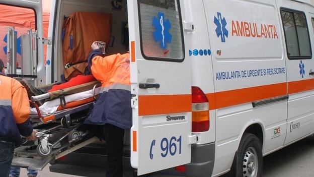Un adolescent a leşinat la şcoală din cauza băuturii.    Un elev de 16 ani de la un liceu din Vaslui a ajuns la spital, în stare gravă, după ce a băut pahar după pahar. Minorului i s-a făcut rău chiar în timpul orelor de curs. Acesta a leşinat şi a fost transportat de urgenţă la spital.