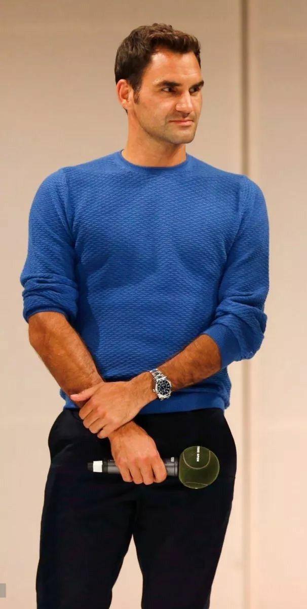 Como bom esportista que é, Roger Federer sabe também o valor de tecidos tecnológicos, que trazem um ar contemporâneo mesmo em seus looks fora das quadras. O tom de azul vibrante foi uma escolha acertada para destacar seus traços marcantes e cabelos e sobrancelhas escuros.