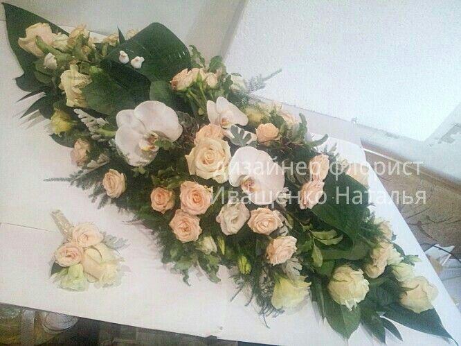 Кремовая свадьба нынче в моде, композицыя на стол молодых от цветочной студии Свадебный Мир в г. Киев #композициянастол #оформлениесвадьбы #украшениезала #розыкрем #орхидеи #эустома