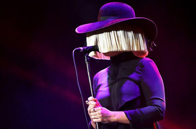 La célèbre Sia est revenue avec un nouvel opus, This Is Acting, dont ce nouveau single, Cheap Thrills, est extrait. La chanteuse australienne a réalisé le clip avec Ryan Heffington et Daniel Askill.