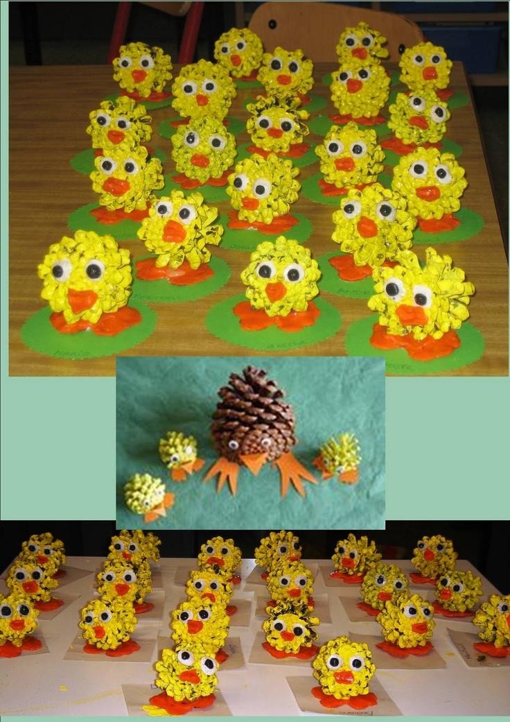 Kuikentjes van dennenappels / pitavoles: pollets de pasqua fets amb pinyes