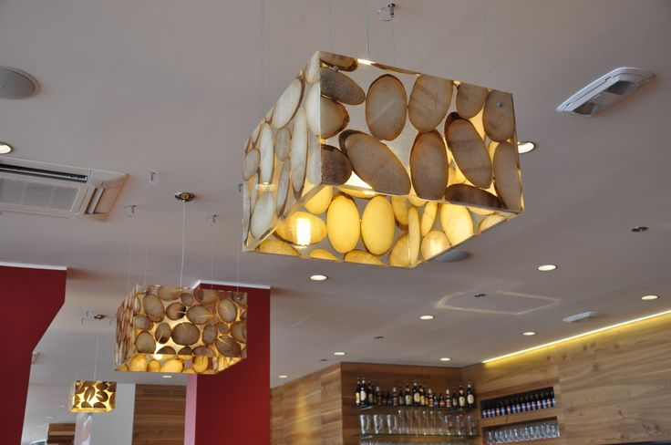 Lampade di agave in resina, appese al soffitto in un locale nella provincia di Venezia.