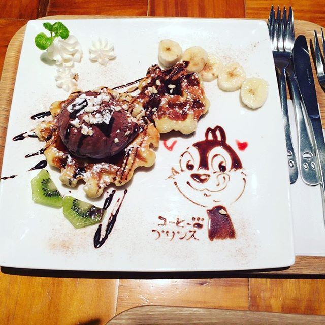 #コーヒープリンス  で一緒に頼んだ #ワッフル  です  微妙な #チップ がかわいいです  #カフェ  #japan  #日本  #新大久保