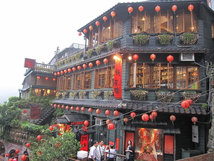 これが「湯婆婆の油屋」のモデルと噂される「阿妹茶酒館」です。赤い提灯や外観もどこか似ていますね。