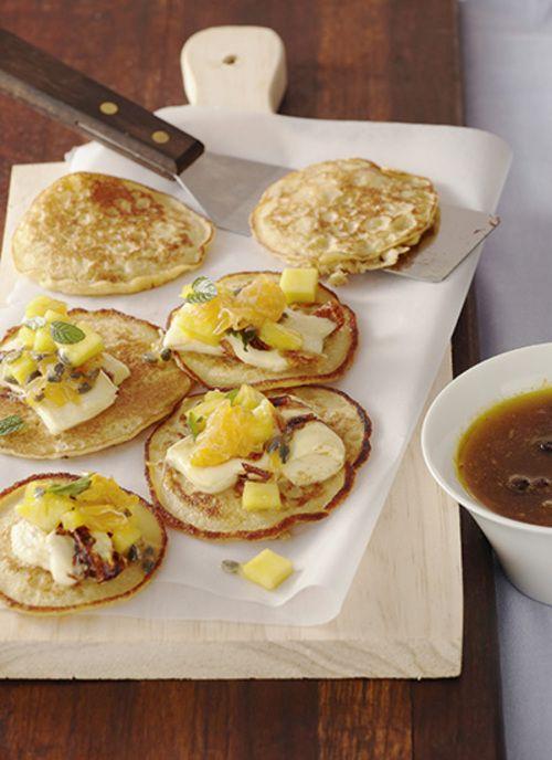 Pancakes de choclo, cuajada y frutas Chef: Catalina Vélez Estos pancakes se pueden servir con las frutas de su preferencia. Es un plato versátil que permite aprovechar las frutas de temporada.