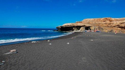 Playa de arena negra en Ajui, Fuerteventura.