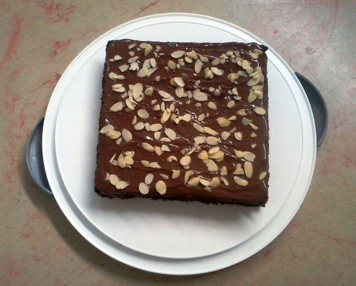 Encantadora y deliciosa torta de Brownie, cubierta con chocolate y almendras fileteadas. ¡Disponible por encargo! https://www.facebook.com/dulce.elncanto https://twitter.com/ElEncantoDulce