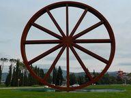 """Nel 2009 realizza la scultura """"Tempo"""", una gigantesca ruota appoggiata su di un letto d'acqua, per il Comune di Calenzano, Firenze http://musapietrasanta.it/content.php?menu=artisti"""