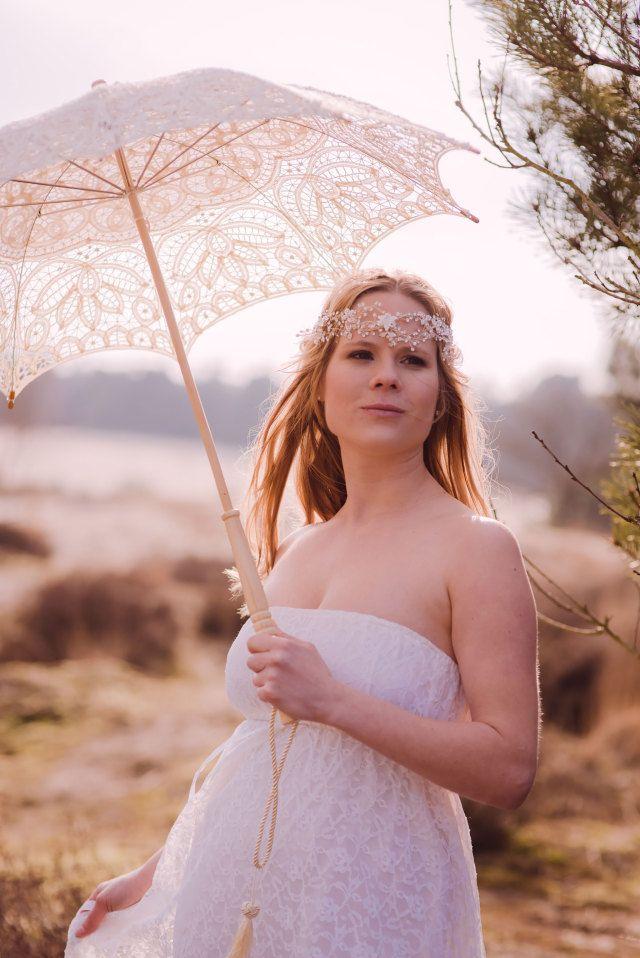 Een paraplu tegen de zon, niet voor de regen! #lente #decoratie #bruid #accessoires #bruiloft #trouwen #huwelijk #inspiratie #bride #spring #wedding #decoration #inspiration | Styled shoot: vintage pastel bruiloft | ThePerfectWedding.nl | Fotografie: Sanne Popijus Fotografie