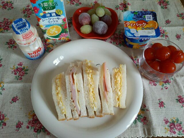 サンドイッチ、ミニトマトのはちみつがけ、ヨーグルト、ぶどう、野菜ジュース、ヤクルトです♪ - 14件のもぐもぐ - 5月23日☆朝食♪ by ゆう♪
