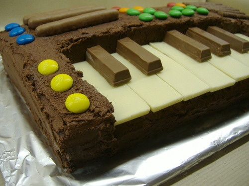 Keyboard cake. The black keys are Kit Kat pieces and the white keys are small Milkybars turned upside down so the smooth side is on top...