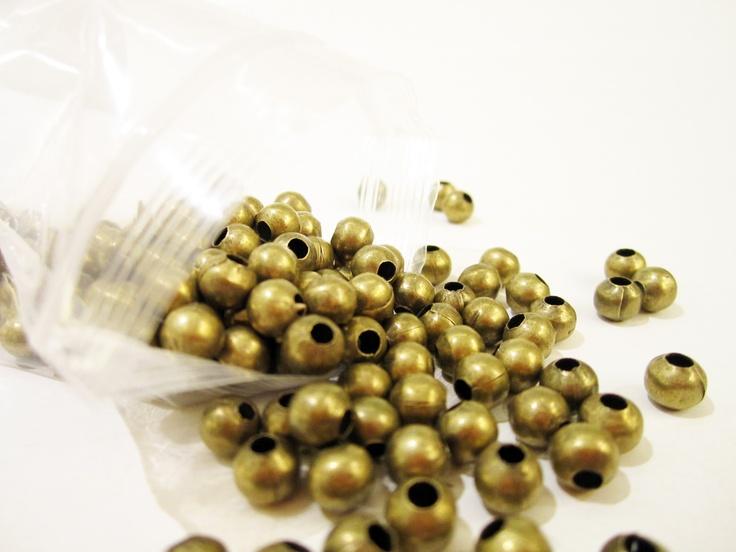 Bola color oro viejo, excelente para armar bisutería, paquete con 250 gramos $80, paquete x kilo $280, tamaños:  8mm 6mm, 5mm, 4mm, 3mm.