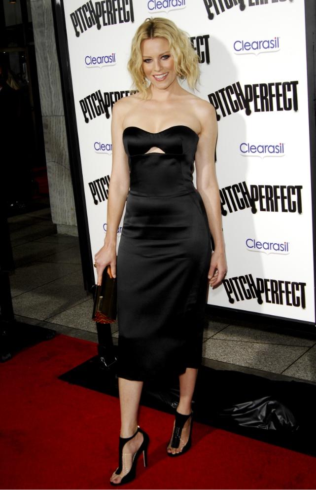 Elizabeth Banks  ebben a fekete színű, pántnélküli Alexander McQueen ruhában érkezett a 'Pitch Perfect' című film los angeles-i bemutatójára, amelyhez Rauwolf clutch-ot és Jimmy Choo 'Taste' szandált viselt.forrás:instyle.hu