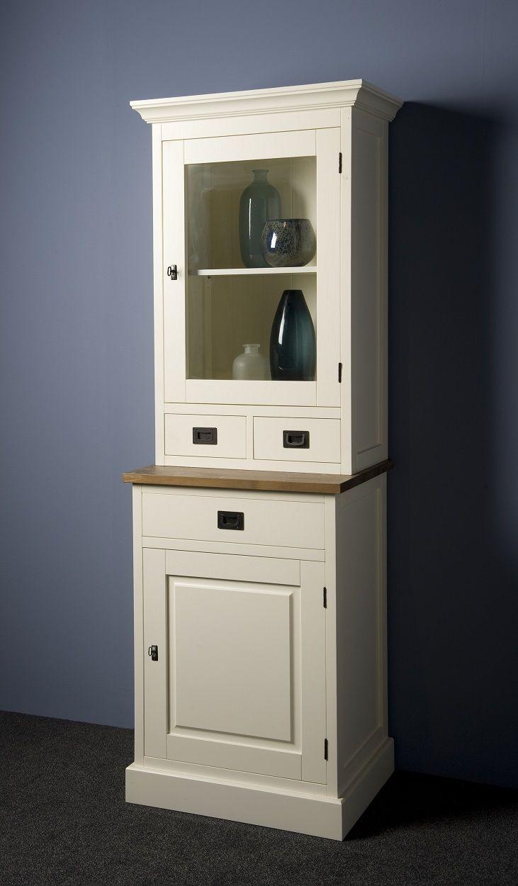 Strak afgewerkte kast voor in een modern interieur! Deze slanke vitrinekast heeft romantische details. De houten glaskast heeft een witte kleur met een vergrijsd houten blad. De kast heeft een glazen deur, een gesloten deur en drie lades. Bekijk deze kast Lisa bij van de Pol Meubelen.