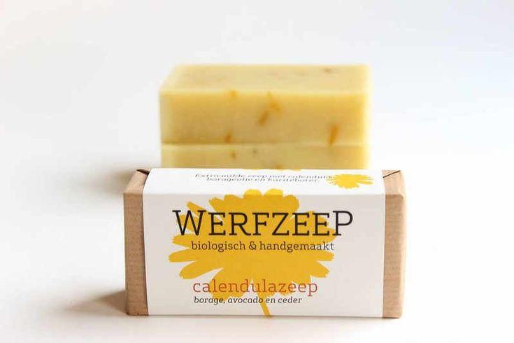 Extra milde zeep, geheel gericht op de verzorging van droge en geïrriteerde huid. De zeep is zeer zacht en bevat voedende en ondersteunende oliën van avocado, olijf, borage, karitéboter en etherische olie van ceder.
