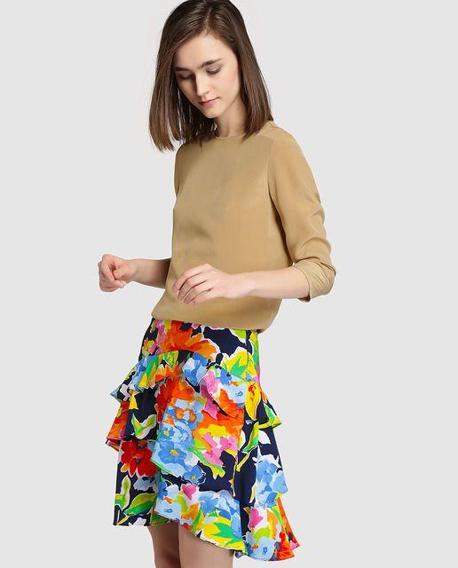 Falda corta, con detalle de volantes y estampado multicolor.