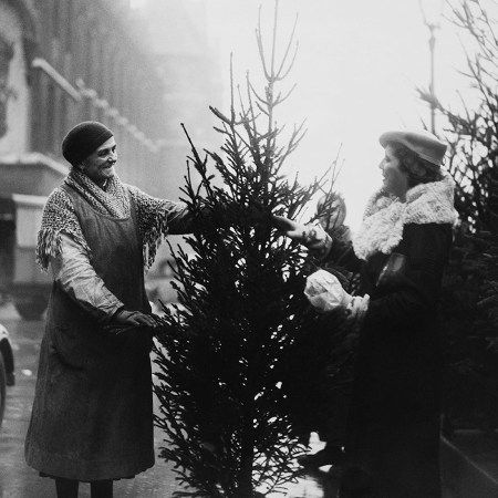 To Παρίσι είναι πάντα μαγικό. Πόσο μάλλον την περίοδο των Χριστουγέννων, με τους εντυπωσιακούς στολισμούς, τους χιονισμένους -πολλές φορές- δρόμους, αλλά και τους κατοίκους του με εορταστική διάθεση. Φέτος, ίσως να μην είναι τόσο εορταστική η ατμόσφαιρα. Ίσως όμως, να μην πλανάται ακόμα το φάντασμα των επιθέσεων της 13ης Νοεμβρίου. Αυτό όμως που ξέρουμε με …